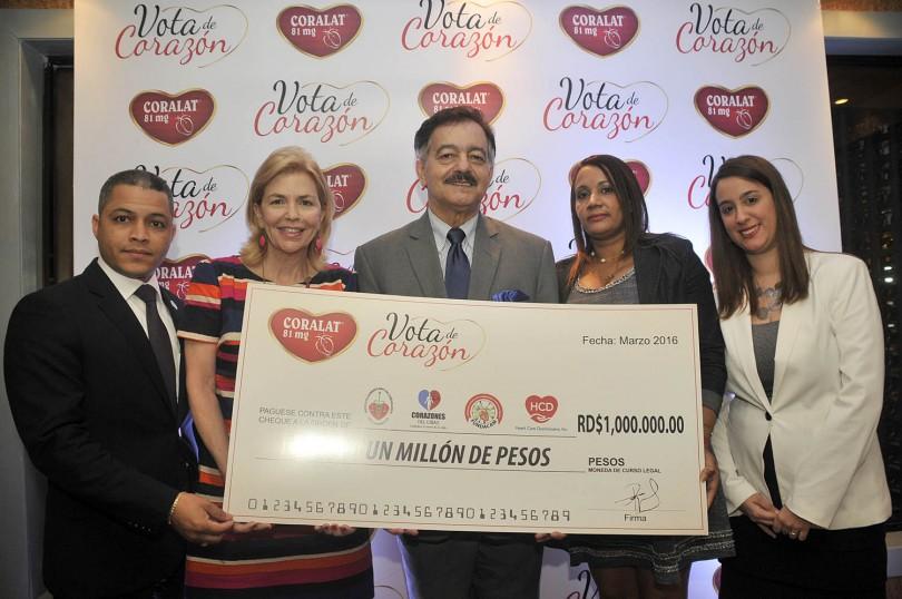 1.- Principal.- Anubis Cáceres, Susana Messina de Caro, Ernesto Diaz Alvarez (recibe la donación), Denisse Sierra y Deidre Cocco