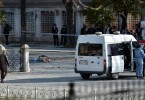 """TUR03 ESTAMBUL (TURQUÕA) 12/01/2016.- Los servicios de emergencias llegan al escenario de una fuerte explosiÛn que se ha producido junto a la Mezquita Azul, mientras el cad·ver de una vÌctima yace en el suelo, en el turÌstico distrito de Sultanahmet, en el centro de Estambul (TurquÌa), el 12 de enero de 2016. Al menos diez personas han muerto y otras quince han resultado heridas en la explosiÛn, sin que se sepan a˙n las causas del suceso, informaron fuentes oficiales. EFE/Deniz Toprak ATENCI""""N EDITORES AL CONTENIDO GR¡FICO TURQUÕA EXPLOSI""""N"""