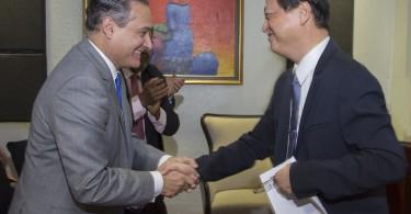 El subadministrador de Empresas Subsidiarias de Banreservas, Rienzi Pared, saluda al embajador taiwanés Valentino Jin Zen Tang