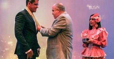 1.Pablo de la Rosa, presidente del Consejo de Administración de CoopReservas, recibe una distinción de manos de Dirvy Jiménez; representante para América Latina de Global Business Corporation.