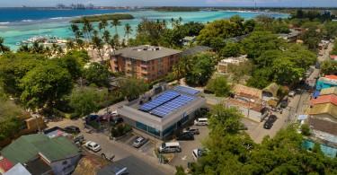 BPD_001 El Banco Popular Dominicano cuenta con 54 oficinas y 26 áreas de estacionamiento techadas con paneles solares.
