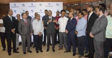 El administrador general de Banreservas, Simón Lizardo Mézquita, felicita a los jugadores del equipo de baloncesto del Club Mauricio Báez.