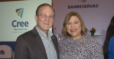Ignacio Méndez, viceministro de Pymes, y Juliannie Guerrero, directora general de Reponsabilidad Social de Banreservas.
