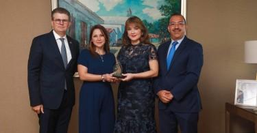 BPD_5371-El-premio-fue-recibido-por-los-señores-Antonia-Antón-de-Hernández-y-Arturo-Grullón-Finet-1200x800