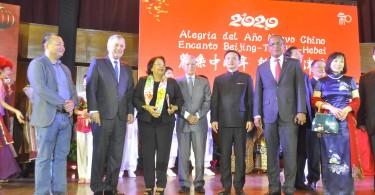 _DSC0302 Wi Ben Feng, Roberto Santana, Emma Polanco, Nelson Toca, embajador Zhang Run, Antonio Medina Calcaño y Marta Duan Niyan de Run.