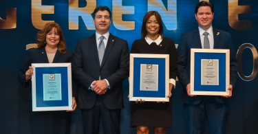 FHC_9792 Zoila López, Karina Vallejo y Luis del Toro fueron premiados por la excelencia en el cumplimiento de las metas y los valores institucionales.