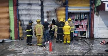 Bomberos del 9-1-1 en acción en incendio de Santo Domingo Este
