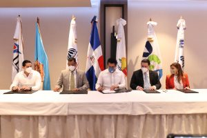 Firma-acuerdo-MInisterio-de-Turismo-Salud-Publica-y-Aduna